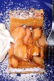 Crostata di mele con la glassa montata dell'albicocca e della crema Fotografia Stock