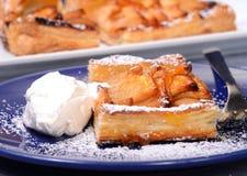 Crostata di mele con la glassa montata dell'albicocca e della crema Immagini Stock