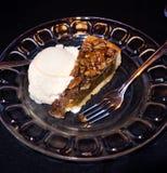 Crostata di noci di pecan e gelato su un piatto Immagine Stock Libera da Diritti