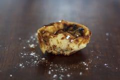 Crostata portoghese famosa dell'uovo, Pastel de Nata, mancante un morso immagini stock