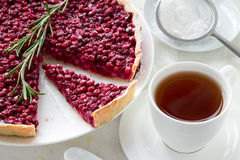 Crostata rossa del mirtillo con una tazza di tè Immagine Stock