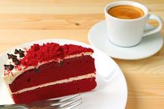 Crostata rossa del velluto con glassare cremoso del formaggio e una tazza di caffè caldo fotografia stock