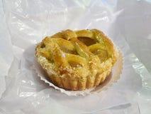 Crostata, tartelette italienne de gelée de coing sur un papier de pâtisserie Photo libre de droits