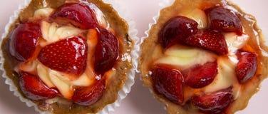 Crostate del formaggio cremoso della vaniglia della fragola sul piatto rosa, vista sopraelevata Da sopra, vista superiore Primo p fotografie stock libere da diritti