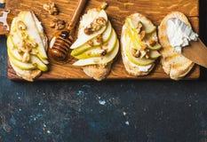 Crostini用梨、乳清干酪乳酪、蜂蜜和核桃 库存照片