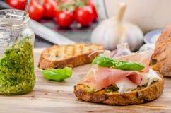 Crostini用火腿和乳酪 免版税库存照片