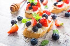 Crostini用烤长方形宝石,乳脂干酪和莓果 库存照片