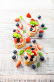 Crostini用烤长方形宝石,乳脂干酪和莓果 免版税图库摄影