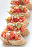 Crostini用蕃茄、蓬蒿和大蒜 图库摄影