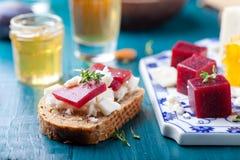 Crostini, bruschetta用李子、莓果橘子果酱和山羊乳干酪 库存照片