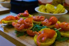 Crostini överträffade med tomater royaltyfria foton