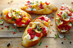 Crostini με το ψημένο πιπέρι κουδουνιών, το τυρί αιγών, το σκόρδο και τα χορτάρια Στοκ Εικόνα