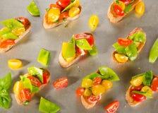 Crostini томатов вишни и горохов снега Стоковые Изображения RF