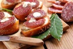 Crostini avec le salami Photographie stock libre de droits
