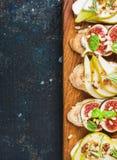 Crostini avec les herbes de poire, de fromage de ricotta, de figues, nuts et fraîches image libre de droits