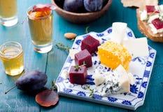 Crostini, Bruschetta con la prugna, la marmellata d'arance della bacca ed il formaggio di capra fotografia stock libera da diritti