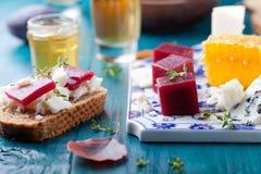 Crostini, Bruschetta con la prugna, la marmellata d'arance della bacca ed il formaggio di capra immagine stock