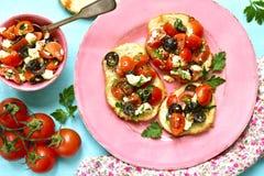 Crostini com tomates, feta e azeitonas imagem de stock