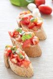 Crostini con il pomodoro, il basilico e l'aglio Fotografia Stock Libera da Diritti
