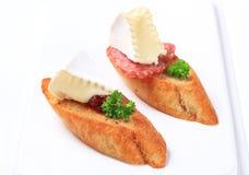 Crostini con queso y salami Foto de archivo libre de regalías