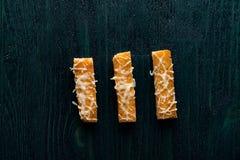 Crostini del formaggio sulla tavola di legno blu profonda scura Fotografie Stock Libere da Diritti