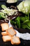 crostini di pane bianco e di spinaci serviti Immagine Stock