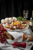 Crostini e bruschetta con formaggio, le pere, il cachi ed il miele Fotografia Stock Libera da Diritti