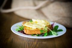Crostini fritti in uova con l'uovo fritto in un piatto fotografia stock libera da diritti