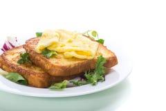 Crostini fritti in uova con l'uovo fritto in un piatto fotografie stock
