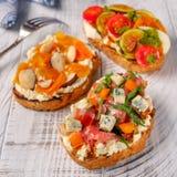 Crostini italiano com tomate e presunto do queijo fotos de stock