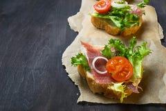 Crostini italiano dos antipasti com presunto, salada e tomate imagem de stock
