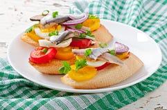 Crostini med ansjovisar, tomater och ägget Arkivbild