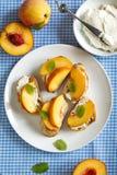 Crostini med gräddost och nya persikor Arkivfoto