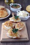 Crostini met kaas en salsa stock fotografie