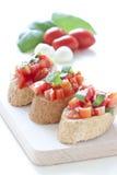 Crostini met tomaat, basilicum en knoflook stock fotografie