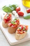 Crostini met tomaat, basilicum en knoflook royalty-vrije stock foto's