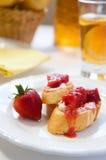 Crostini mit Erdbeere-Rhabarberkompott Lizenzfreie Stockfotos
