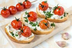 Crostini mit Hüttenkäse und gegrillten Tomaten lizenzfreies stockbild