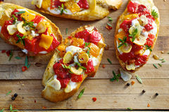 Crostini with roasted bell pepper, goat cheese, garlic and herbs Royalty Free Stock Photos