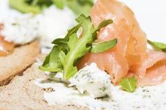Crostinis con il salmone affumicato ed il formaggio Immagini Stock Libere da Diritti