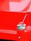 Écrou de boulon de vis sur l'outillage industriel de détail rouge de plaque d'acier Image stock