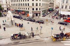 Croud av turisten och andra personer som går på stadsfyrkant med bilar och historiska byggnader Royaltyfria Foton