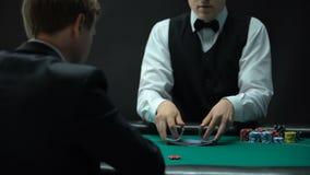 Crouoier experiente que faz baralhar truques e negociar cartões, possibilidade ganhar filme