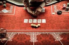 Crouoier que negocia o cartão na tabela do pôquer no casino imagem de stock royalty free