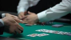 Crouoier que toma todas as microplaquetas e dinheiro, jogador de pôquer virado que mostra a bolsa vazia video estoque
