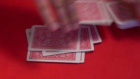 Croupier che mescola le carte sul tavolo verde archivi video
