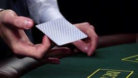 Croupier, das Karte, Shows eine auf grüner Tabelle, Zeitlupe verdreht stock video footage