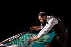 Croupier derrière la table de jeu dans un casino Photo libre de droits