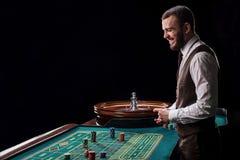Croupier derrière la table de jeu dans un casino Images libres de droits