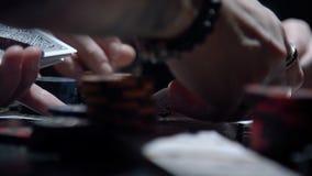 Croupier het behandelen kaarten in een pook stock video